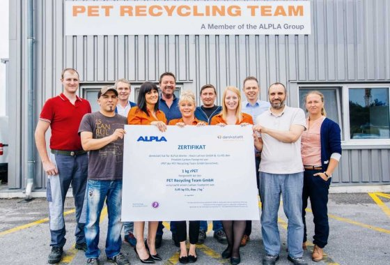 The PET Recycling Team in Wöllersdorf with their CO2 certificate.